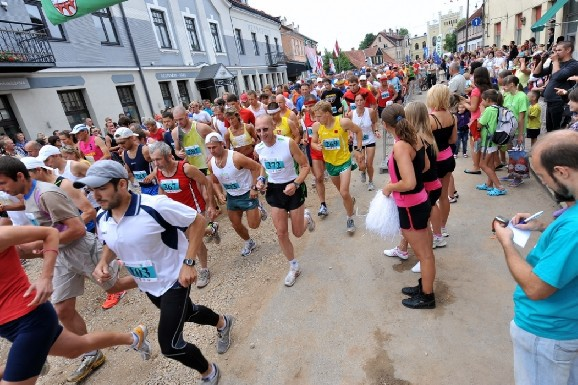 Piemiņas balvas dalībniekiem, kas startējuši visos SEB Kuldīgas pusmaratonos