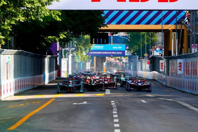 """Bijušais F1 pilots Di Grasi uzvar episkā """"Formula E"""" posmā Šveicē"""