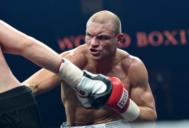 Bokseris Bolotņiks DĀR piekāpjas WBA Āfrikas čempionam Mčunam