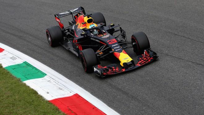 """""""Red Bull"""" piloti pārspēj Fetelu pirmajā F1 treniņā Singapūrā"""
