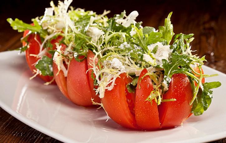 Ar biezpienu un zaļumiem pildīti tomāti