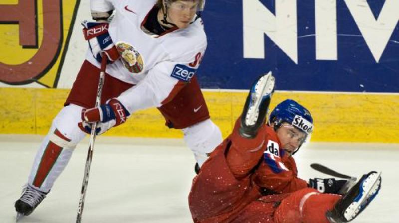 Mihails Grabovskis (pa kreisi) Baltkrievijas izlases sastāvā Foto: AFP