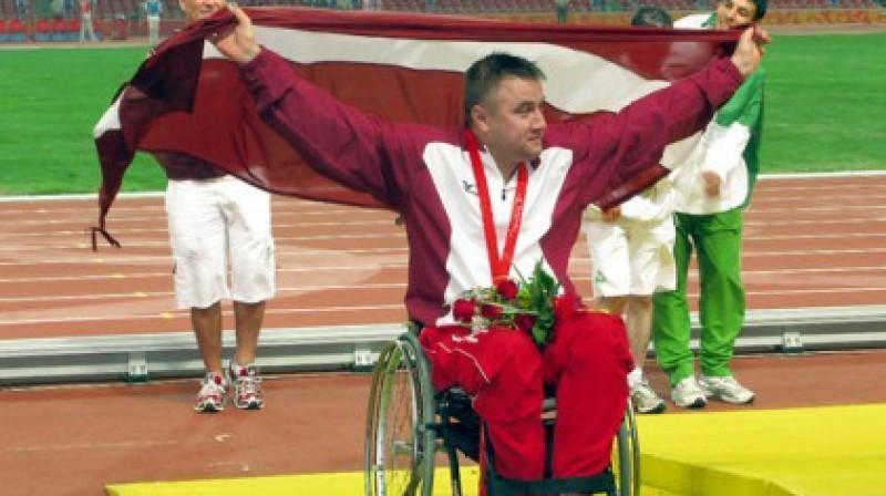 Paralimpiskais čempions Aigars Apinis par Londonā izcīnīto zeltu varētu saņemt tikpat, cik Māris Štrombergs par Londonā izcīnīto uzvaru  Foto: Andris Pimenovs