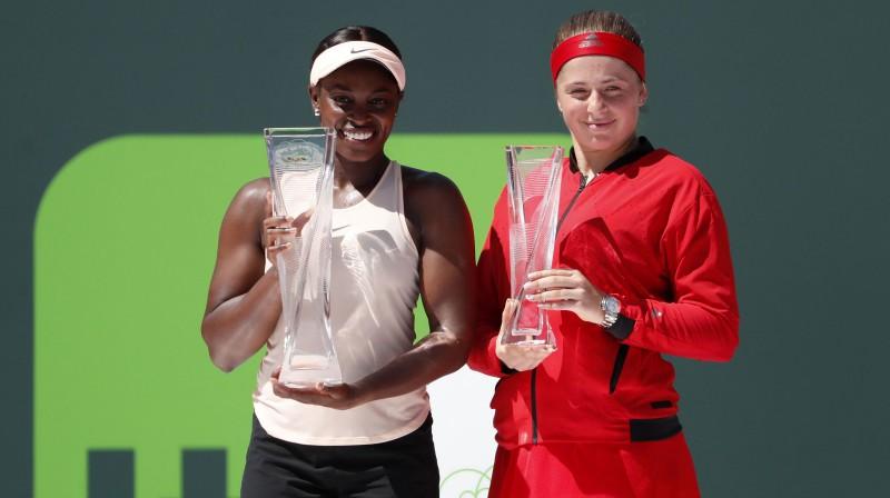 Aļona Ostapenko pirms gada Maiami izcīnīja 2. vietas trofeju, galveno balvu ļaujot iegūt mājiniecei Slounai Stīvensai. Foto: USA Today Sports/Scanpix