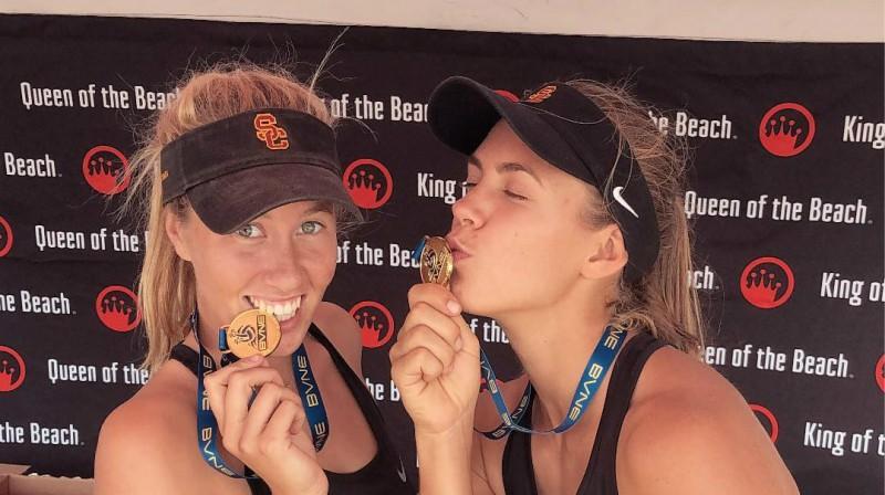 Abrila Bustamante un Tīna Graudiņa. Foto: USC Beach Volleyball