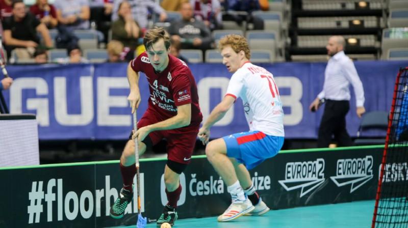 Morics Krūmiņš guva divus vārtus Latvijas izlases labā, saņemot mača vērtīgākā spēlētāja balvu Foto: Ritvars Raits, Floorball.lv