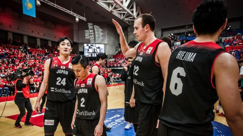 Nikolass Fazekāšs (#22) ar saviem komandas biedriem Japānas izlasē. Foto: FIBA