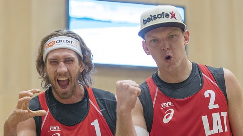 Aleksandrs Samoilovs un Jānis Šmēdiņš. Foto: worldtour.2019.fivb.com