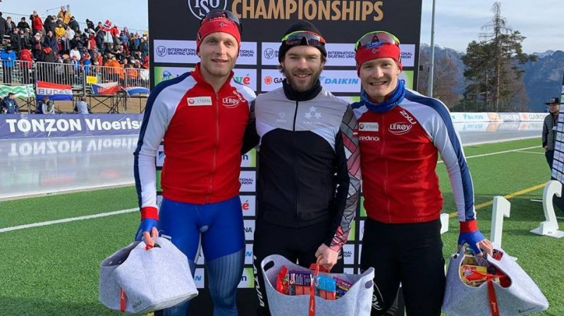 Haralds Silovs (centrā) pēc uzvaras 500 metros. Foto no sportista Facebook profila