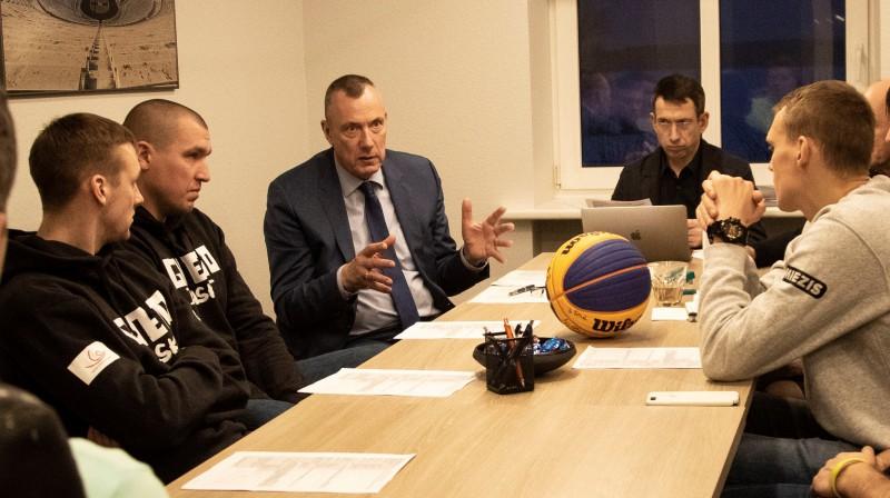Latvijas 3x3 basketbolisti sarunā ar LOV vadītāju Einaru Fogeli Publicitātes foto