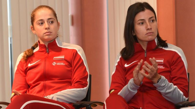 Aļona Ostapenko un Anastasija Sevastova. Foto: Romāns Kokšarovs, F64