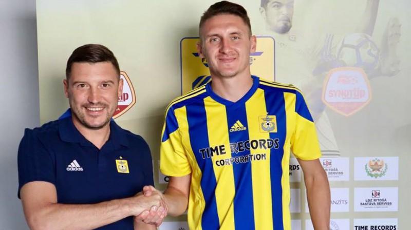 """Vasilijs Pavlovs (pa labi) """"Ventspils"""" kreklā. Foto: FK """"Ventspils"""""""