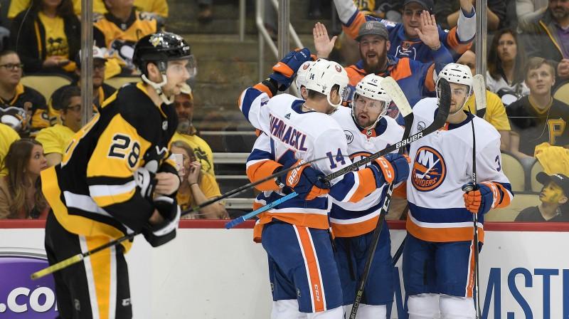 """Ņujorkas """"Islanders"""" hokejisti svin vārtu guvumu mačā ar Pitsburgas """"Penguins"""". Foto: Justin Berl/AFP/Scanpix"""
