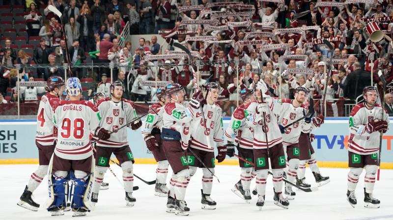 Latvijas izlase atvadās no saviem līdzjutējiem, nākamā tikšanās jau pasaules čempionātā. Foto: Romāns Kokšarovs/F64