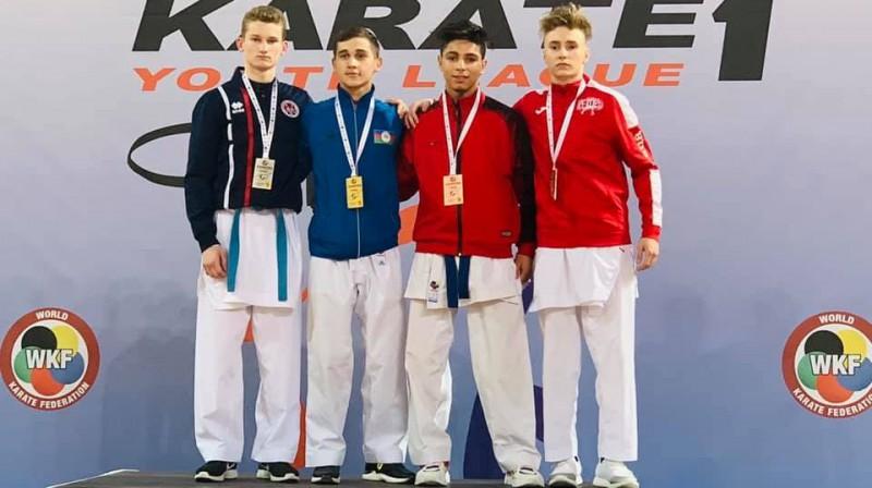 Artūrs Stepanovs (pa kreisi) uz Jaunatnes līgas posma goda pjedestāla. Foto: Sadikova Sporta skola