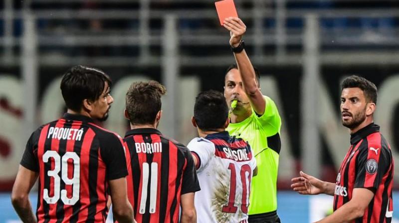 Lukass Paketa saņem sarkano kartīti mirkli pēc sitiena tiesnesim. Foto: AFP/Scanpix