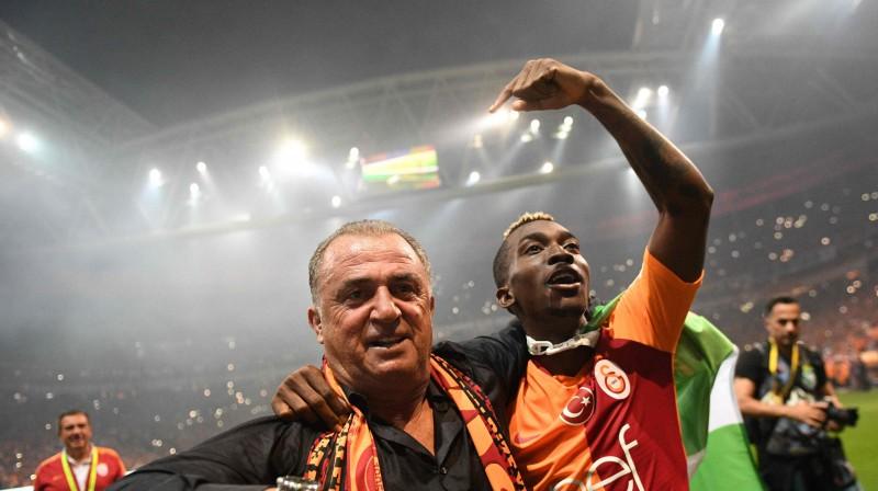 """""""Galatasaray"""" galvenais treneris Fātihs Terims un zelta vārtu autors Henrijs Onjekuru. Foto: AFP/Scanpix"""