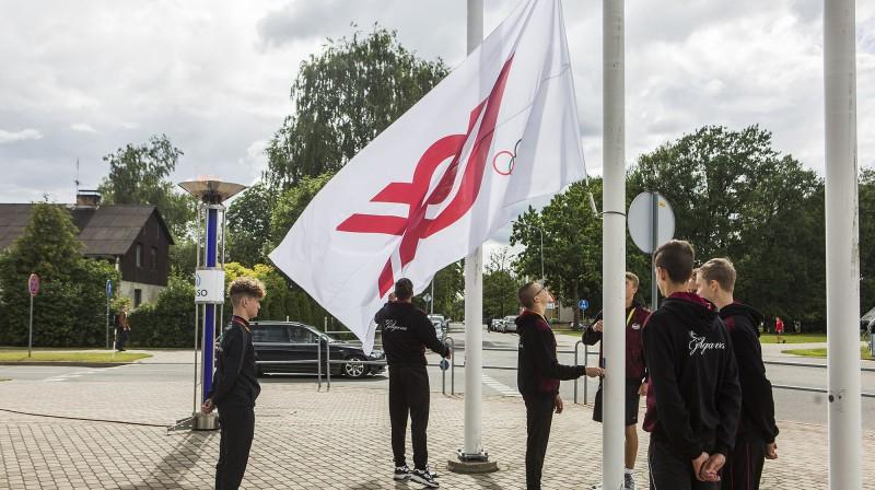 Karoga pacelšana Latvijas Jaunatnes olimpiādē. Foto: Ivars Veliņš