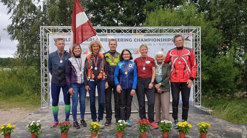 Pasaules veterānu orientēšanās čempionāta vidējās distances medaļnieki no Latvijas. Foto: Mareks Gaļinovskis