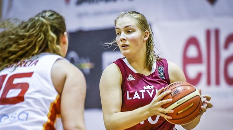 Laura Meldere spēlē pret Spāniju. Foto: FIBA