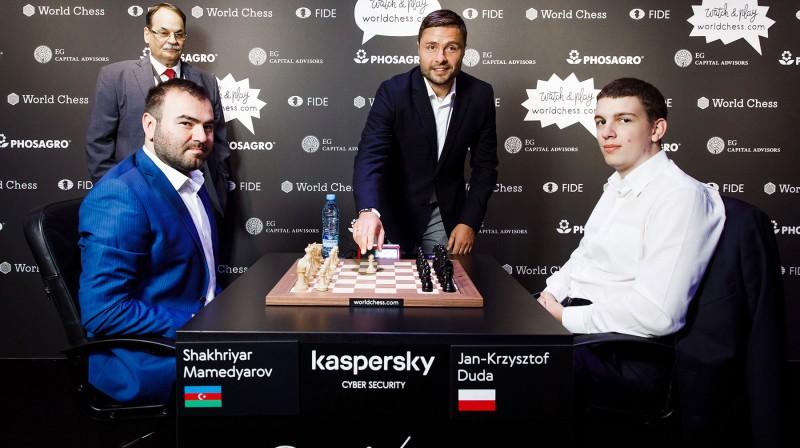 Māris Verpakovskis veic simbolisko gājienu šaha turnīrā. Foto: World Chess