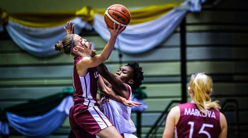 Māra Mote, Alise Markova un Latvijas U19 izlase: pirmā vieta A grupā. Foto: FIBA