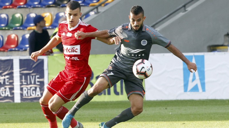 """Riga"" futbolists Felipe Brizola (pa labi) spēlē pret Glivices ""Piast"". Foto: EPA/Scanpix"