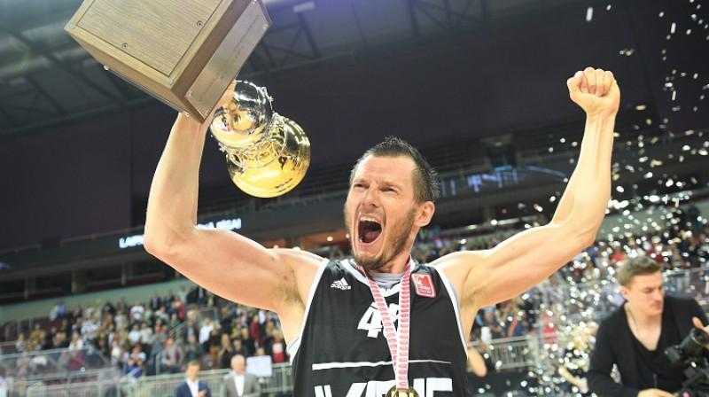 Jānis Blūms 2017. gada 25. maijā ar Latvijas čempionu kausu. Foto: Romāns Kokšarovs, f64