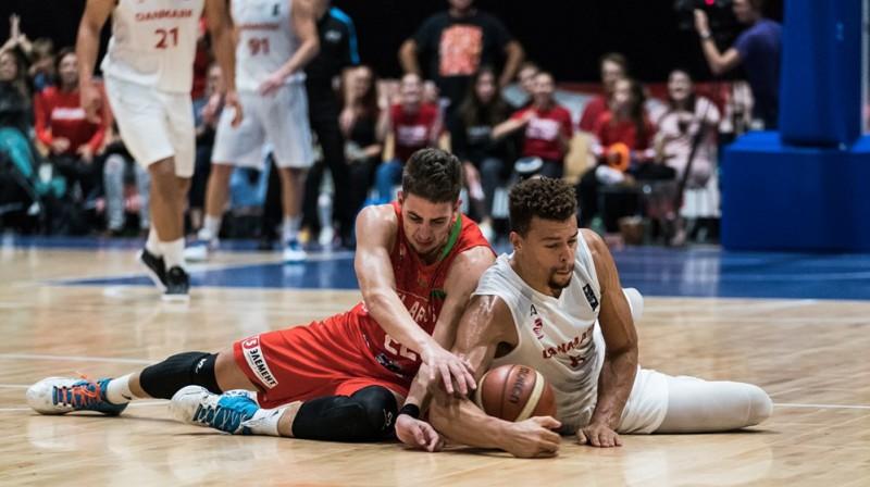 Cīņa par bumbu Dānijas un Baltkrievijas izlašu spēlē. Foto: FIBA
