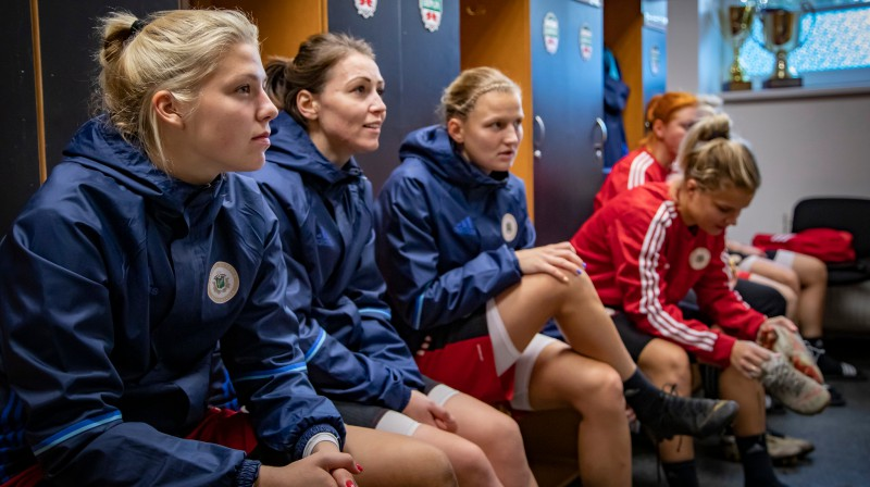 "Latvijas futbolistes ""Daugavas"" stadiona ģērbtuvēs / Foto: Nora Krevņeva-Baibakova"
