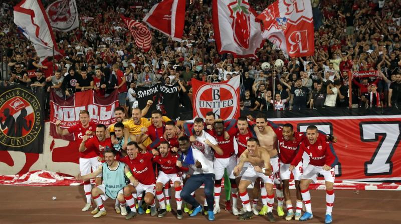 """Belgradas """"Crvena zvezda"""" futbolisti kopā ar saviem līdzjutējiem. Foto: Pedja Milosavljevic/SIPA/Scanpix"""