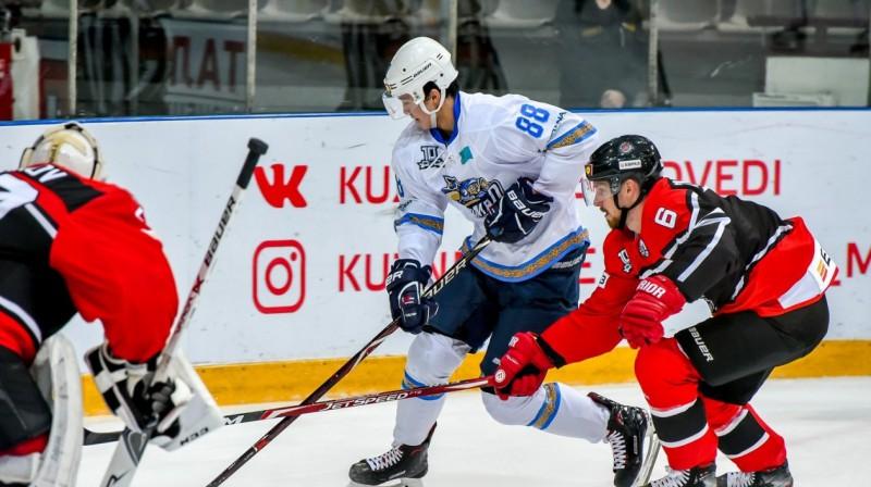 Ēriks Ševčenko (Nr. 6) aizsardzībā. Foto: metallurg-nk.ru
