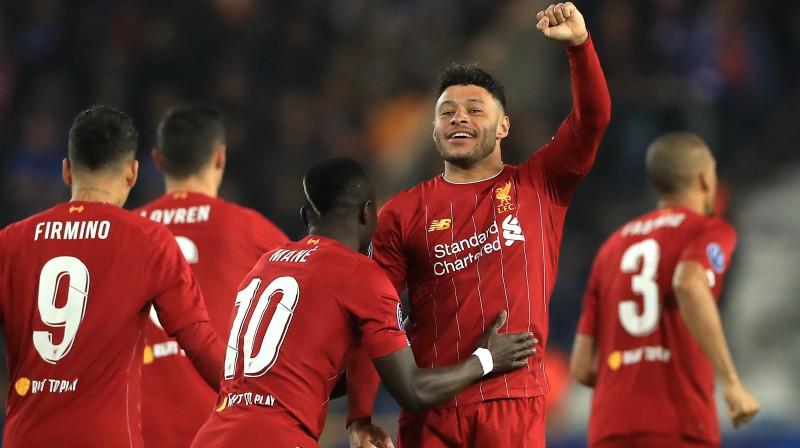 """Liverpool"" futbolisti apsveic Aleksu Oksleidu-Čemberlenu. Foto: Mike Egerton/EMPICS Sport/Scanpix"