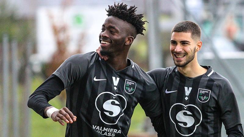Nigērijas futbolists Tolu Arokodare un portugālis Žoržinju. Foto: Jānis Līgats
