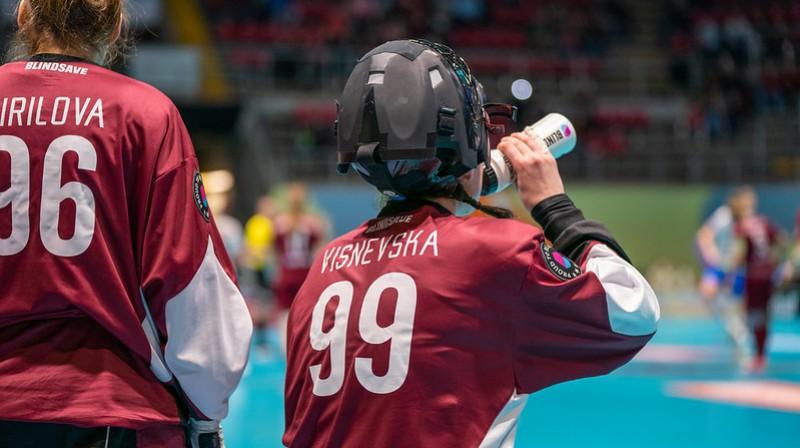 Šodienas mačā pamatīgi nopūlēties dabūja gan Lauma Višņevska, gan Kristīne Kirilova Foto: IFF Floorball