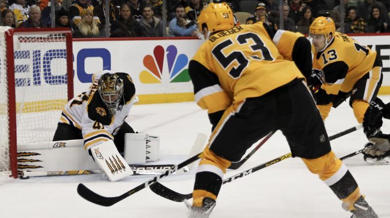 """Teodors Bļugers uzbrukumā Bostonas """"Bruins"""" vārtiem. Foto: Keith Srakocic/AP/Scanpix"""
