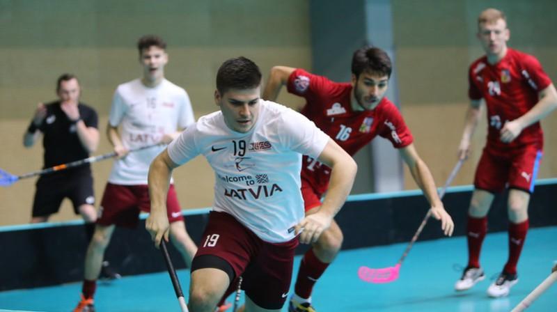 Viens no aktīvākajiem Latvijas izlases rindās spēlē pret čehiem bija Toms Akmeņlauks Foto: IFF Floorball