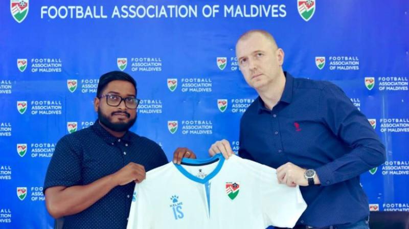Igors Stepanovs pēc sadarbības noslēgšanas Maldīvu salās. Foto: Football Association of Maldives
