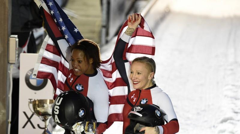 Kailija Hamfrīsa (no labās) un Lorēna Gibsa pēc uzvaras pasaules čempionātā. Foto: AP/Scanpix