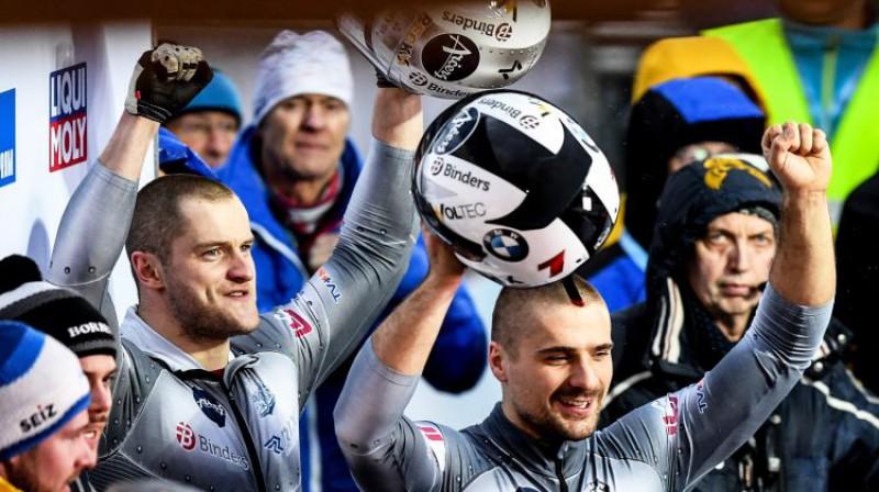No kreisās: Matīss Miknis un Oskars Ķibermanis pēc finiša. Foto: EPA/Scanpix