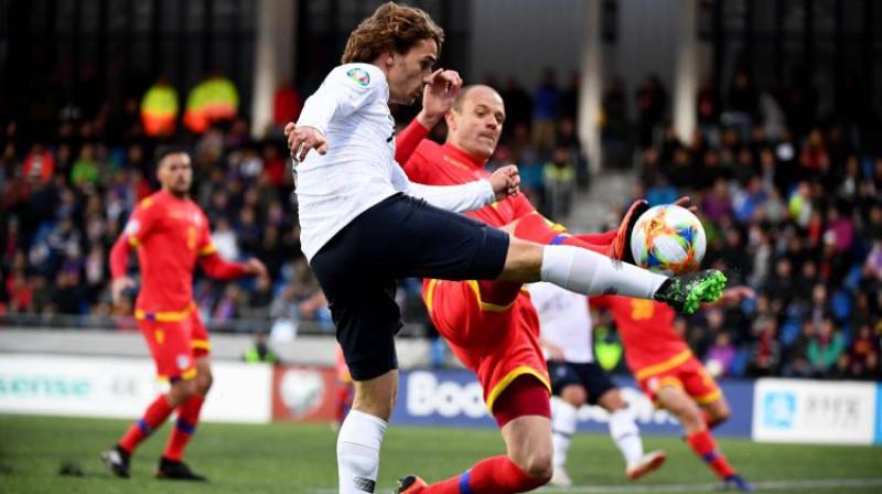 Ildefons Lima cīņā ar Francijas izlases zvaigzni Antuānu Grīzmanu. Foto: AFP/Scanpix