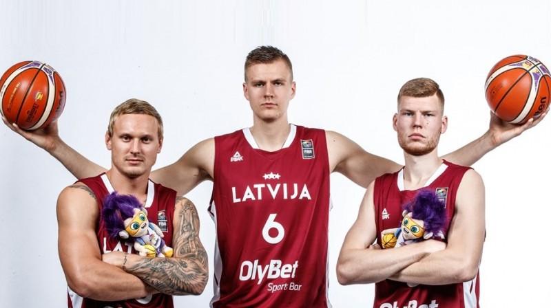 Jānis Timma, Kristaps Porziņģis, Dāvis Bertāns. Foto: fiba.basketball/eurobasket/2017
