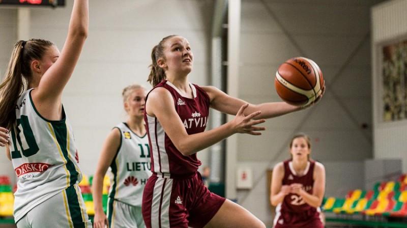 """Enija Vīksne spēlē pret Lietuvas """"balto"""" komandu. Foto: krepsinionamai.lt"""