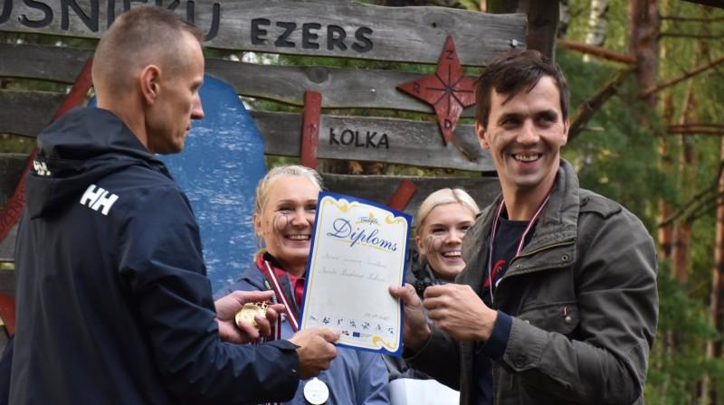 Marts Kristians Kalniņš saņem diplomu par savu mūžā pirmo triatlonu. Foto: Maratonaklubs
