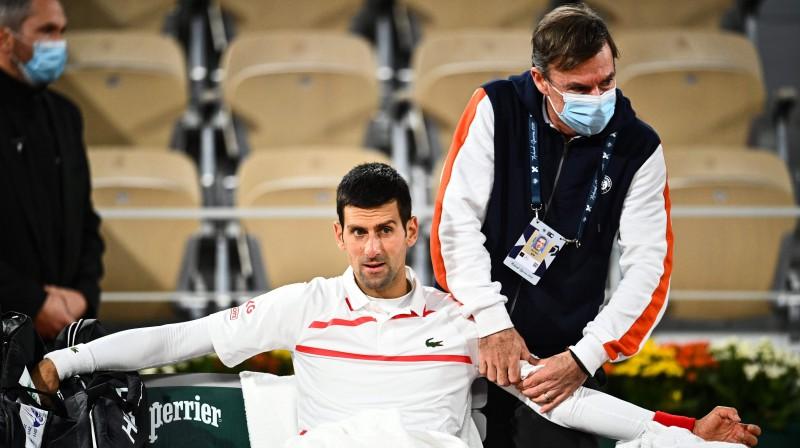 Novaks Džokovičs diskomfortā ceturtdaļfināla laikā. Foto: AFP/Scanpix