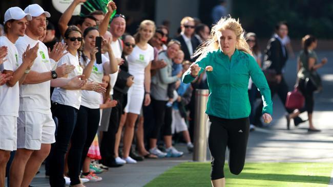 Olimpiskā čempione labo rekordu skriešanā ar karoti un olu