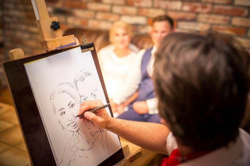 """Galerijā """"Romas dārzs"""" mākslinieks Vilnis Bulavs zīmēs draudzīgus šaržus"""