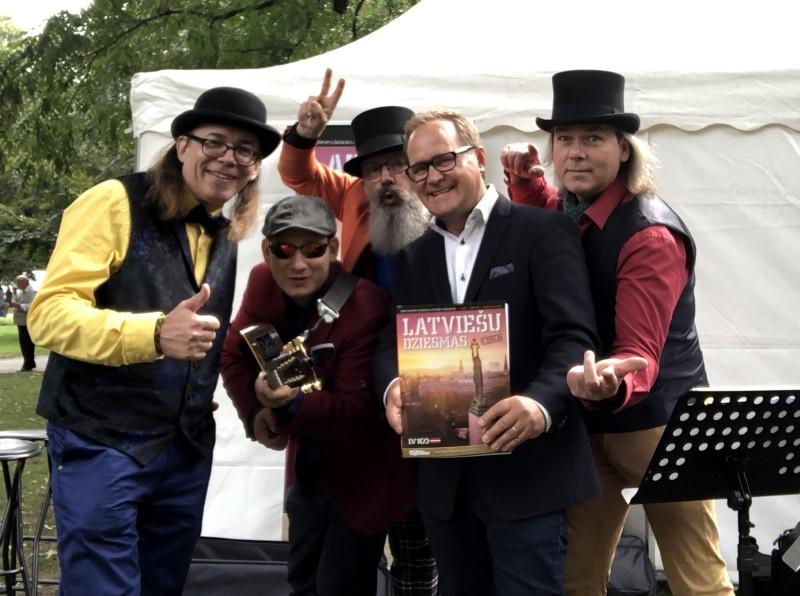 """Ar grupas """"Ducele"""" uzstāšanos prezentē grāmatu """"100 vispopulārākās latviešu dziesmas"""""""
