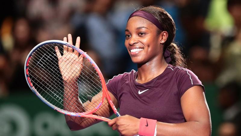 """Stīvensas aizsardzība """"WTA Finals"""" debitantu mačā nogurdina Osaku"""