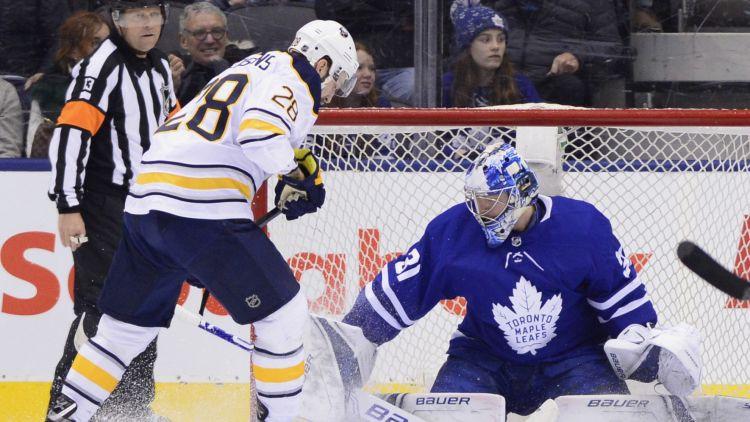 """Girgensona rezultatīvā piespēle neglābj """"Sabres"""" no zaudējuma Toronto"""